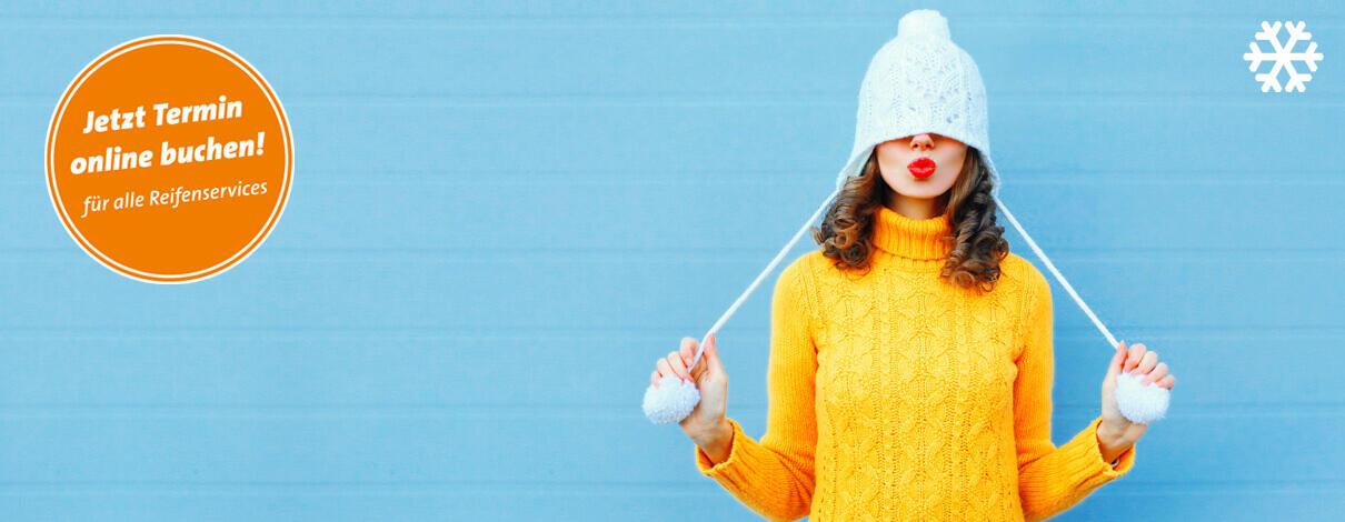 Frau in winterlichem Outfit mit Mütze